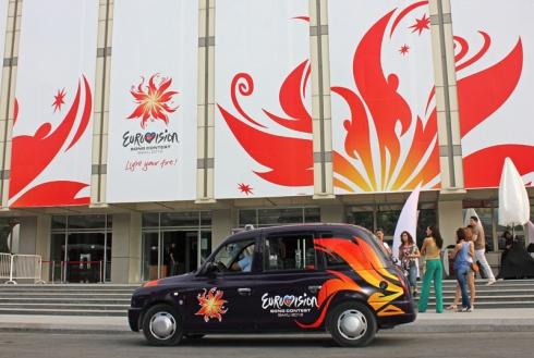 Участники Евровидения 2012 в Баку ездят на лондонских кэбах
