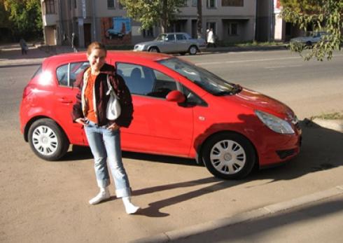 Две девушки и красный «Опель»